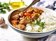 Яхния с телешко месо, грах, картофи, лук, морков, магданоз и подправки